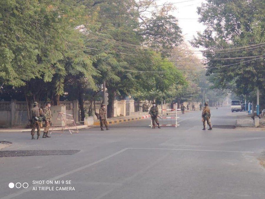 Aquesta imatge té l'atribut alt buit; el seu nom és Soldados-birmanos.jpg